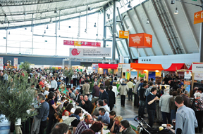 start_2011-messehalle_mit_langer_tafel.jpg