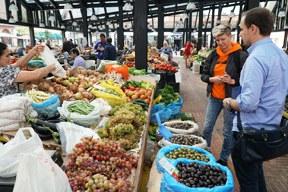 aktuelles-aktuelles_2018-einkaufen-der-zutaten-auf-dem-pazar-i-ri-in-tirana_kuebke-und-kola_c-deutsche-botschaft-albanien.jpg