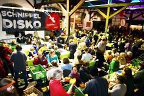 Demo-Suppe: 1.300 Menschen schnippeln gegen Lebensmittelverschwendung