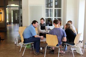 aktuelles-aktuelles_2018-akademie_2018-slow-food-youth-akademie-gruppenarbeit-mit-herrn-thiedig-von-edeka-minden-288x192.jpg
