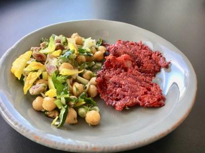 Rezepte aus dem Netzwerk: Rote-Bete-Puffer und Kichererbsensalat mit Fenchel, Pistazien und Salzzitrone