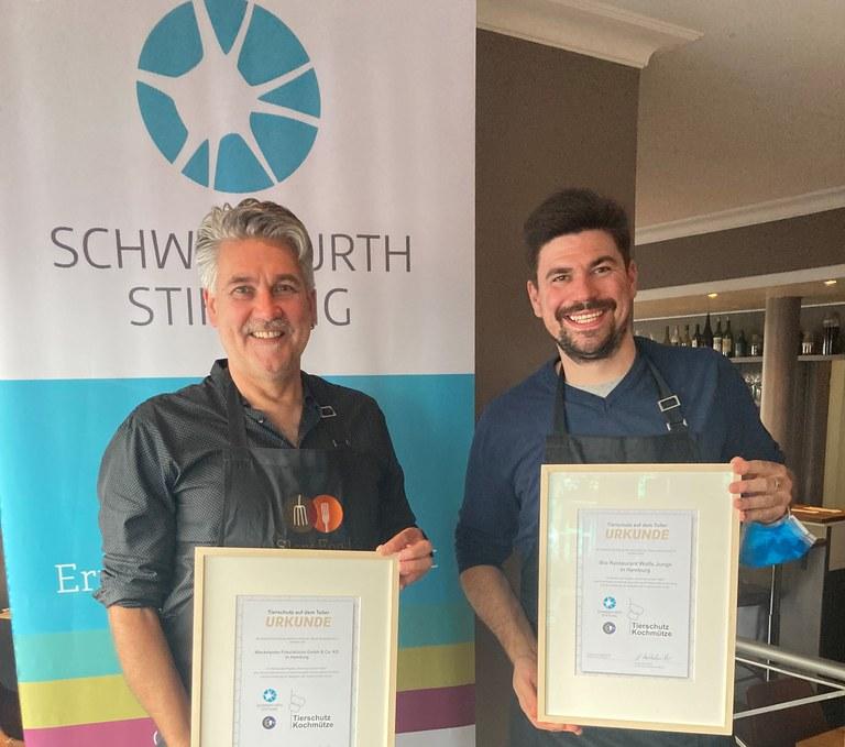 Drei Köch*innen der Chef Alliance von Slow Food mit der Tierschutz-Kochmütze der Schweisfurth Stiftung ausgezeichnet