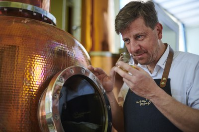 Jörg Geiger bei der Verkostung von in Wasser destillierten Hydrolaten.jpg