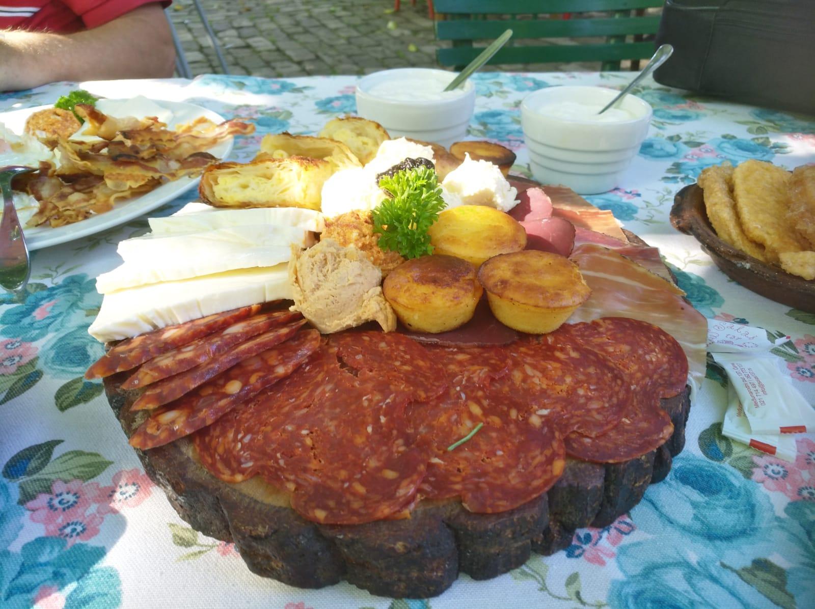Frühstückstisch im nordserbischen Bauernhof (c) Herbert Ehinger.jpg