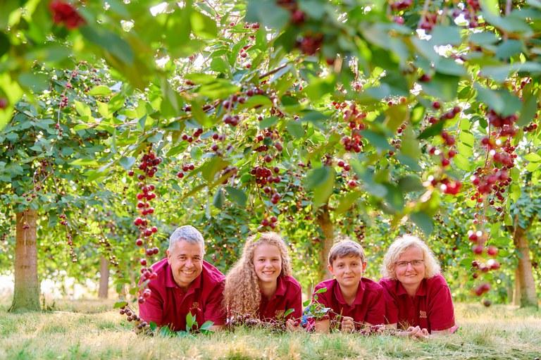 Amorella-Kirsch-Familie-liegend_5020_2000px- (c) Amorella Kirsch-Manufaktur.jpg