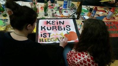 """Auch nicht-patentiertes Saatgut sollte frei verkäuflich bleiben, darauf soll dieses """"Kein Kürbis ist illegal""""-Plakat hinweisen. Die Fuldaer Gruppe nahm damit an der großen """"Wir haben es satt""""-Demo in Berlin teil (c) Arthur Schulz.jpg"""